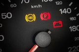 Budzą grozę wielu kierowców, a wystarczy wiedzieć, co oznaczają: kontrolki w samochodzie. Sprawdź, co robić, gdy się zapalą