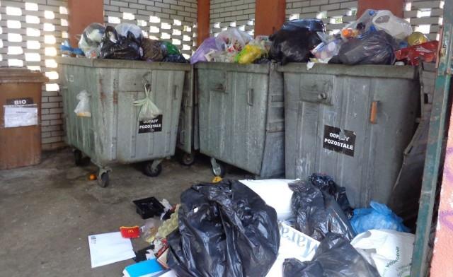 """Śmieci łodzianie """"produkują"""" coraz więcej, tymczasem z systemu opłat """"wyparowało, wg szacunków miejskich władz, ok. 60-70 tysięcy mieszkańców."""