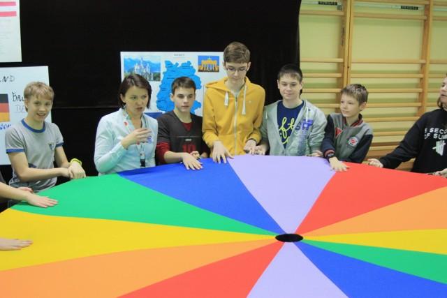 Beata Hadasz wykorzystała ciekawe sposoby nauki języka. Dużo zabawy uczniom dostarczyła zabawa z chustą.