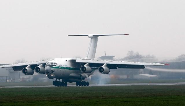 """Potężny IŁ 76 TD Algierskich Sił Powietrznych wylądował dzisiaj na lotnisku w Jasionce. - To kolejny w ostatnich dniach duży samolot transportowy obsłużony przez nasze lotnisko. Tym razem czterosilnikowy Ił-76 przyleciał z Afryki Północnej przywożąc do remontu silniki i inne komponenty lotnicze. Skonstruowana pół wieku temu w ZSRR maszyna nie należy do zbyt oszczędnych. Przed startem w rejs powrotny samolot zatankował ok. 30 tys. litrów paliwa - informuje Michał Tabisz, wiceprezes zarządu spółki Port Lotniczy """"Rzeszów-Jasionka""""."""