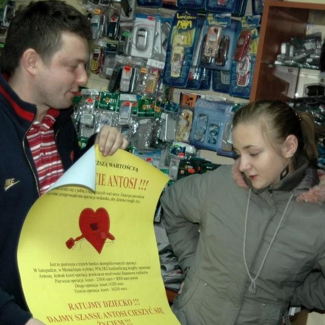 Karolina Wróbel omawia szczegóły akcji charytatywnej z Michałem Kowalczykiem, ojcem Antosi.