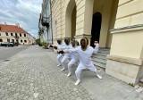 Rekonstruktorzy policyjni z Radomia walczą o pomnik mistrza boksu Kazimierza Paździora. Używają do tego... szpady, szabli i floretu