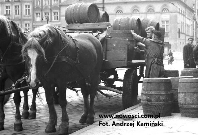 Wóz z piwem na Rynku Nowomiejskim. Podobnie musiał wyglądać ten, który 120 lat temu był ścigany na szosie z Chełmna do Chełmży