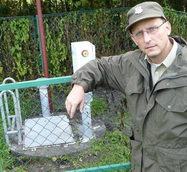 - Wiemy o trzech awariach tej przepompowni. Ścieki spływają stąd do jeziora - mówi dr Tomasz Schubert z Pszczewskiego Parku Krajobrazowego.