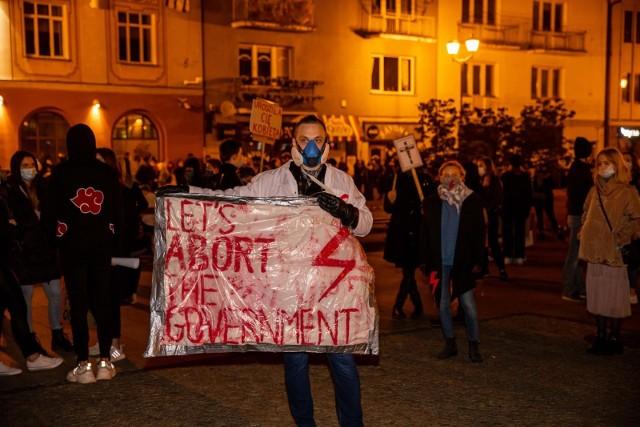 28-10-2020 bialystok czarny spacer marsz protest kobiet fot. wojciech wojtkielewicz/kurier poranny/gazeta wspolczesna/polska press