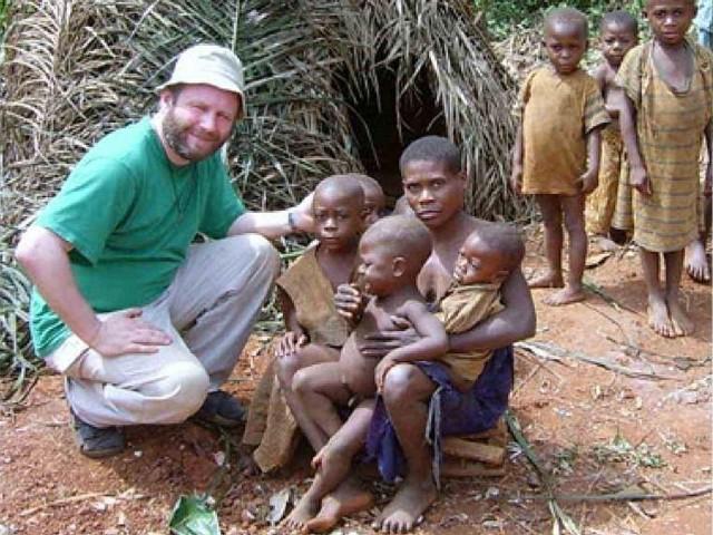 Ks. Mariusz Misiorowski (na zdjęciu wśród małych Kameruńczyków), jest jednym z ponad 2000 polskich misjonarzy, pracujących w około 100 krajachgłównie w Afryce i Ameryce Łacińskiej