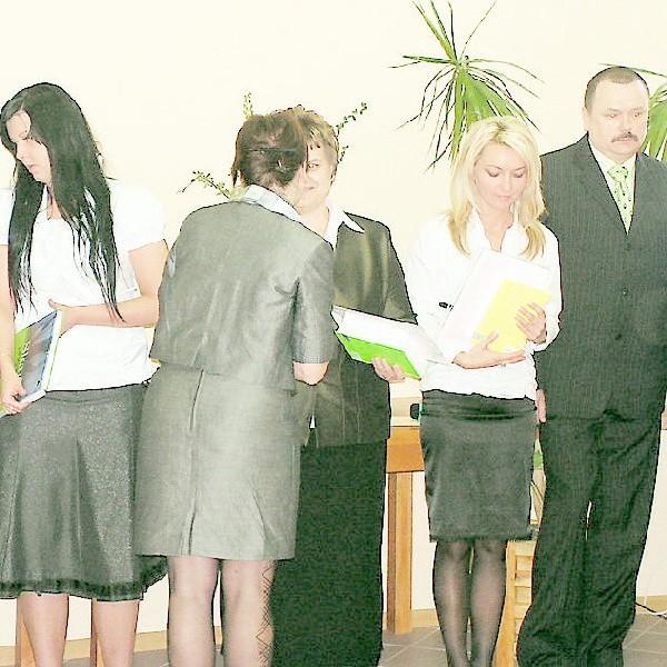 Od lewej Daria Roskowska, Lidia Brodzińska, Ewa Pawlak i Sławomir Bruzda otrzymują świadectwa od Justyny Knorps
