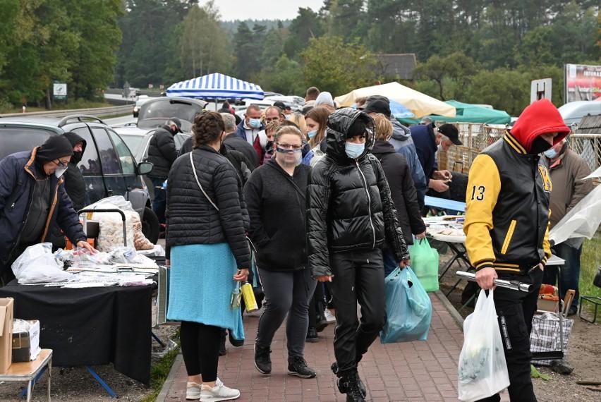 Ani czerwona strefa, ani zła pogoda - zimno i padający deszcz nie odstraszą klientów giełdy w Miedzianej Górze. W niedzielę 18 października klienci dopisali - tym razem świetnie szło wszystko co niezbędne na Wszystkich Świętych. Wielki ruch był też przy tysiącach rzeczy przywiezionych z wystawek na zachodzie Europy, także przy starociach, Świetnie szły też ciepłe kurtki, które można kupić nawet za 50 złotych, hitem były tez spodnie po...15. Na kolejnych slajdach zobaczcie co działo się w niedzielę 18 października na giełdzie w Miedzianej Górze