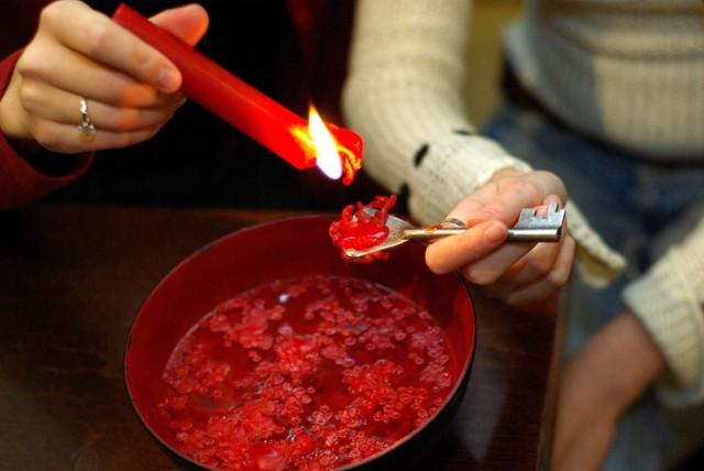 Najpopularniejsza wróżba andrzejkowa to oczywiście lanie wosku