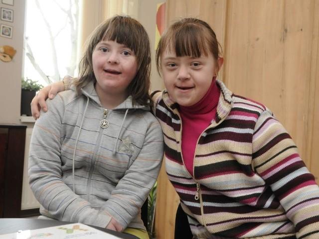 Zuza (z lewej) i Agnieszka. Papużki-nierozłączki. Razem w szkole, na scenie. Wszędzie.