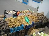 W ciągu tygodnia cena spadła o połowę. Młode ziemniaki tanieją z dnia na dzień. A ile kosztują inne warzywa? CENY
