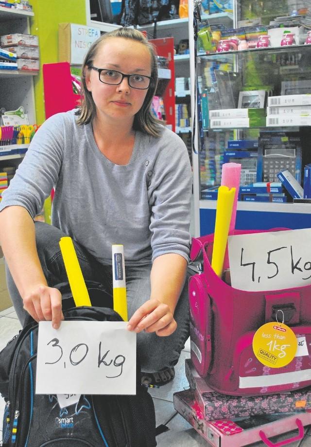 Przy zakupie tornistrów zwróćmy uwagę na to ile ważą i czy są ergonomiczne. Sprawdzajmy również co dzieci noszą w plecakach