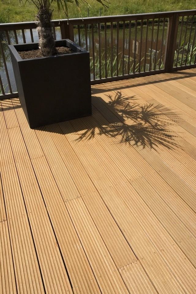 Deski tarasowe pokryte olejemTaras z desek olejowanych ma naturalny wygląd zdrowego drewna