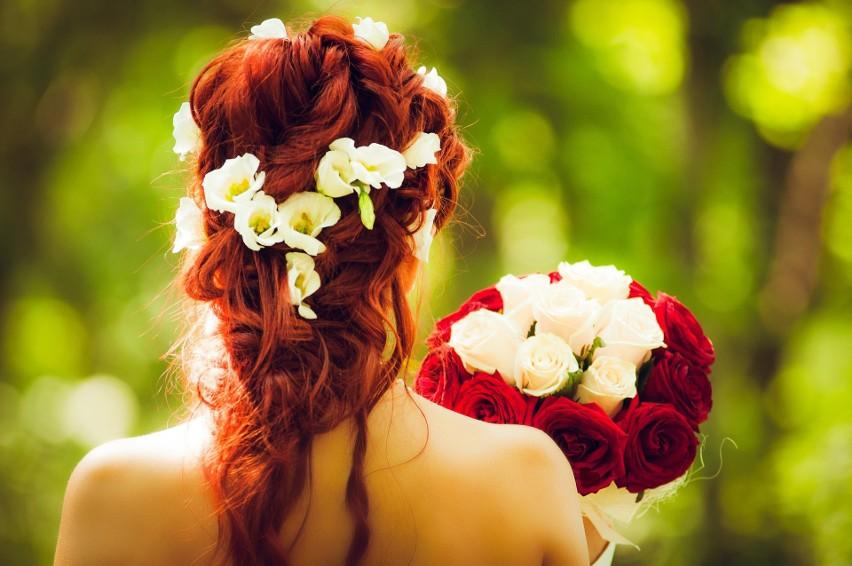 Fryzury na wesele 2020. Modne fryzury ślubne i weselne - galeria inspiracji