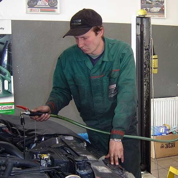 Troska o olej w silniku to obowiązek każdego kierowcy.