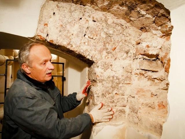 badacz architektury odkrywa piwnice Pałacu Branickich.