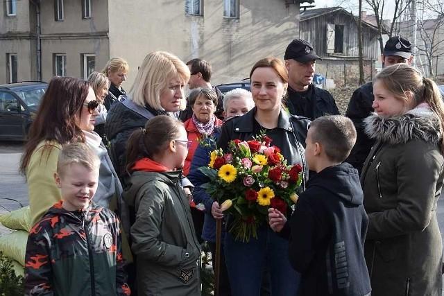 """Strażacy z OSP Lisewo, sąsiedzi, mieszkańcy przyszli pomóc ekipie programu telewizyjnego  Polsatu """"Nasz nowy dom"""", którzy przyjechali do jednej z rodzin, aby wyremontować jej dom.  Nie zabrakło ekipy remontowej pod wodzą popularnego pana Sławka, która zatrzymała się na czas wykonania prac w okolicy - w Zagrodzie Zbyszka. Na planie pojawiła się oczywiście prowadząca Katarzyna Dowbor, dla której mieszkańcy w podziękowaniu przygotowali bukiet kwiatów.Emisję odcinka w telewizji Polsat z Lisewa zapanowano za kilka tygodni. Agro Pomorska - odcinek 55."""