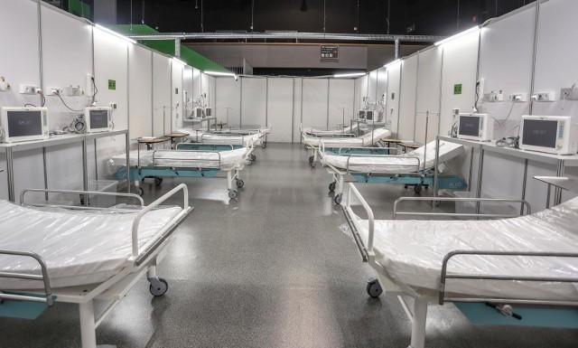 Szpital tymczasowy w halach AmberExpo czeka na pacjentów.