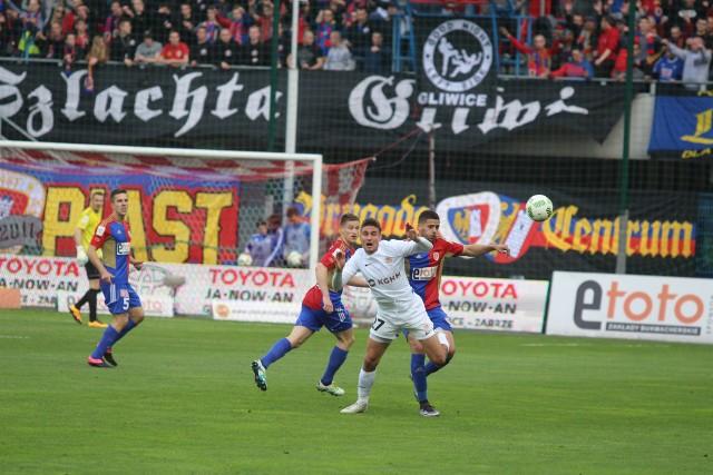 Niemal równo rok temu (15 maja 2016 r.) Michal Papadopulos (na biało) grał z Piastem w barwach Zagłębia. Dziś stanie po drugiej stronie barykady. Czy uda mu się skarcić swojego byłego pracodawcę?