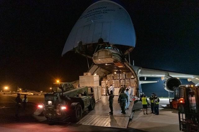 Antonow AN-124 Rusłan - rozładunek na płycie wrocławskiego lotniska