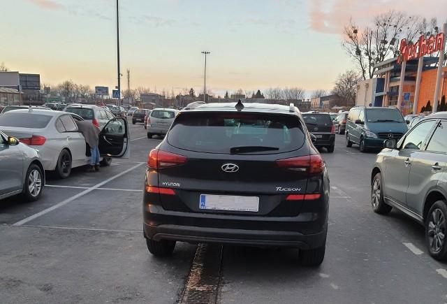 """Oto kolejna galeria z cyklu """"mistrzowie parkowania"""" w Toruniu i województwie kujawsko-pomorskim. Zobaczcie, gdzie niektórzy potrafią zostawić swój samochód. Oni kompletnie nie liczą się z innymi użytkownikami dróg i chodników. Jeżeli macie w swoich smartfonach podobne zdjęcia absurdalnie zaparkowanych aut wyślijcie je nam na adres e-mail: online@nowosci.com.plPrzesuwaj zdjęcia w prawo - naciśnij strzałkę lub przycisk NASTĘPNE"""