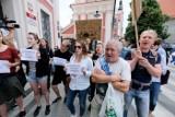 Poznań: Pikietowali przeciwko budowie pływalni i toru do wrotek w parku Kasprowicza kosztem zieleni [ZDJĘCIA]