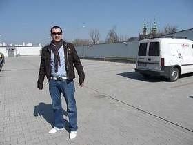 Piotr Wąder pokazuje pierwszy w Kielcach parking na dachu pasażu hossa.