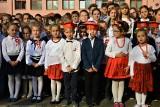 Nowy Sącz. Uczniowie Szkoły Podstawowej nr 2 śpiewali hymn i zakopali kapsułę czasu [ZDJĘCIA]
