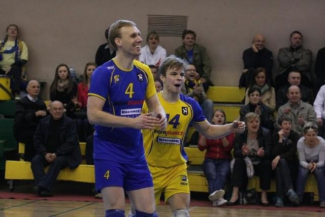 Grający trener Olimpii Łukasz Chajec (z lewej) i libero Grzegorz Pabich mają powody do radości. Sulęcińscy kibice nadal będą oglądali drugoligowe mecze!