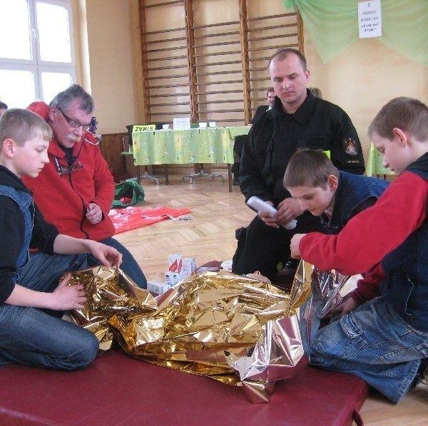 Dzieci musiały w teorii i w praktyce  udowodnić, że potrafią się zachować w  sytuacjach wymagających udzielenia pierwszej  pomocy