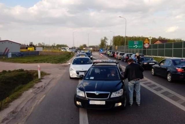 Taksówkarze niezadowoleni z efektów prac nad ustawą o transporcie drogowym zablokowali drogę z Łodzi do skrzyżowania autostrad pod Strykowem.