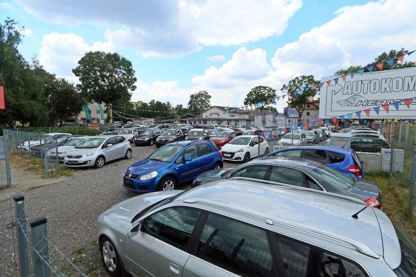 Przez epidemię sprzedaż aut spadła. Potwierdzają to pracownicy toruńskich komisów. Obecnie w popularnym serwisie ogłoszeniowym, specjalizującym się w sprzedaży aut, znajdziemy ponad 1500 ofert sprzedaży samochodów do 15 tys. zł z województwa kujawsko-pomorskiego. Wśród nich znajdują się różne marki i modele - począwszy od blisko dwudziestoletnich Mercedesów, poprzez dziesięcioletnie Mazdy i Seaty, na kilkunastoletnich Skodach skończywszy. Wybraliśmy dla Was 20 najciekawszych ogłoszeń. SZCZEGÓŁY NA KOLEJNYCH STRONACH >>>>opracowała Sara Watrak