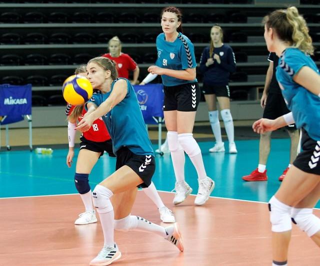 Piłkę przyjmuje Justyna Kędziora
