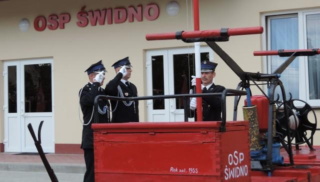 Wznoszenie flagi na maszt przy pierwszej pompie ręcznej i żelazno-drewnianym wozie konnym w Świdnie.