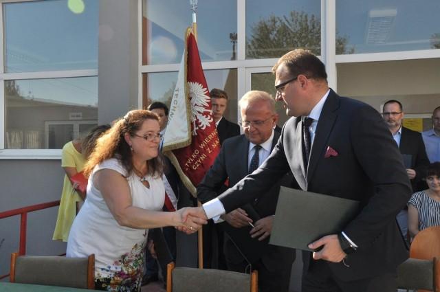 Porozumienie dotyczące kształcenia dualnego zostało podpisane w Zespole Szkół Technicznych w Radomiu z udziałem prezydenta Radosława Witkowskiego i dyrektor Berdnadety Kudas.