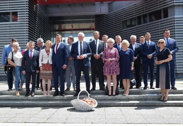 Jedno z wielu pamiątkowych zdjęć jakie zrobili sobie samorządowcy z wicepremierem Jarosławem Gowinem.