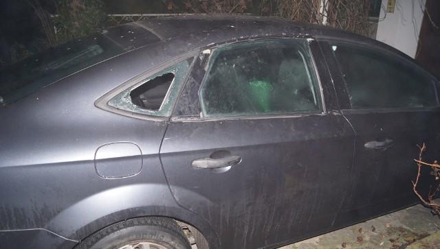 Do zatrzymania 37-latka i 22-latka doszło chwilę po tym, jak włamali się do zaparkowanego bmw.