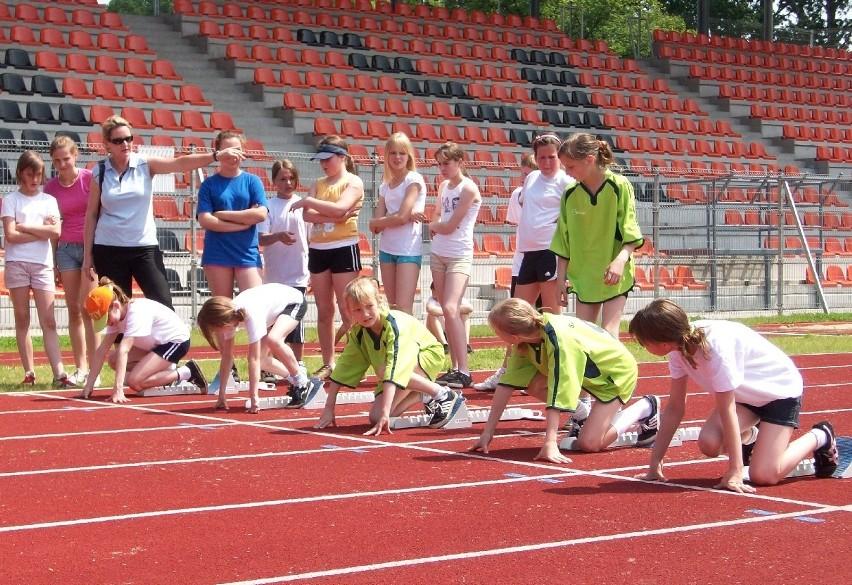 W rywalizacji udział brały dzieci i młodzież z głogowskich szkół podstawowych i gimnazjów. Startowali w skoku w dal, trójskoku oraz biegu na 60 metrów.