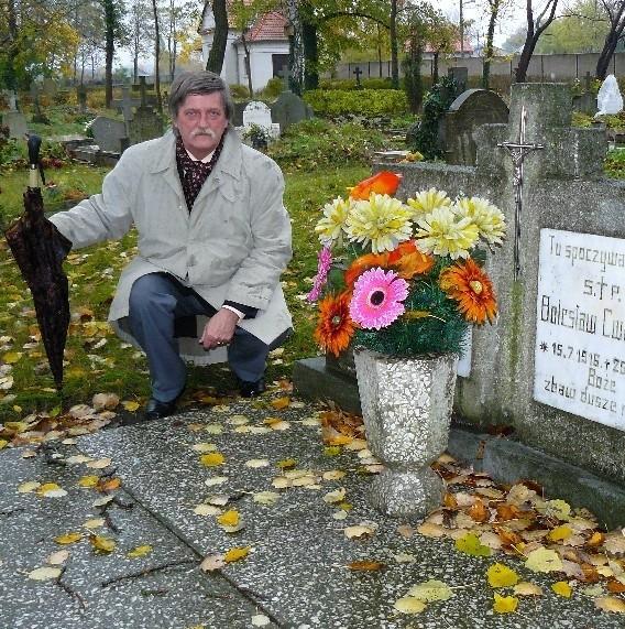 - W tym  grobie pochowano kochanków, którzy 71 lat temu popełnili samobójstwo - mówi międzychodzki regionalista Antoni Taczanowski.
