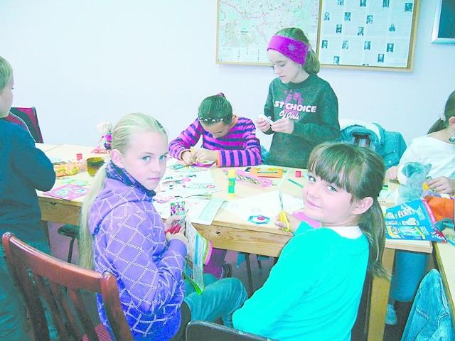 Na sobotnich zajęciach klej, nożyczki i kolorowe papiery są zwykle w użyciu. A potem trzeba wszystko ponazywać po niemiecku.