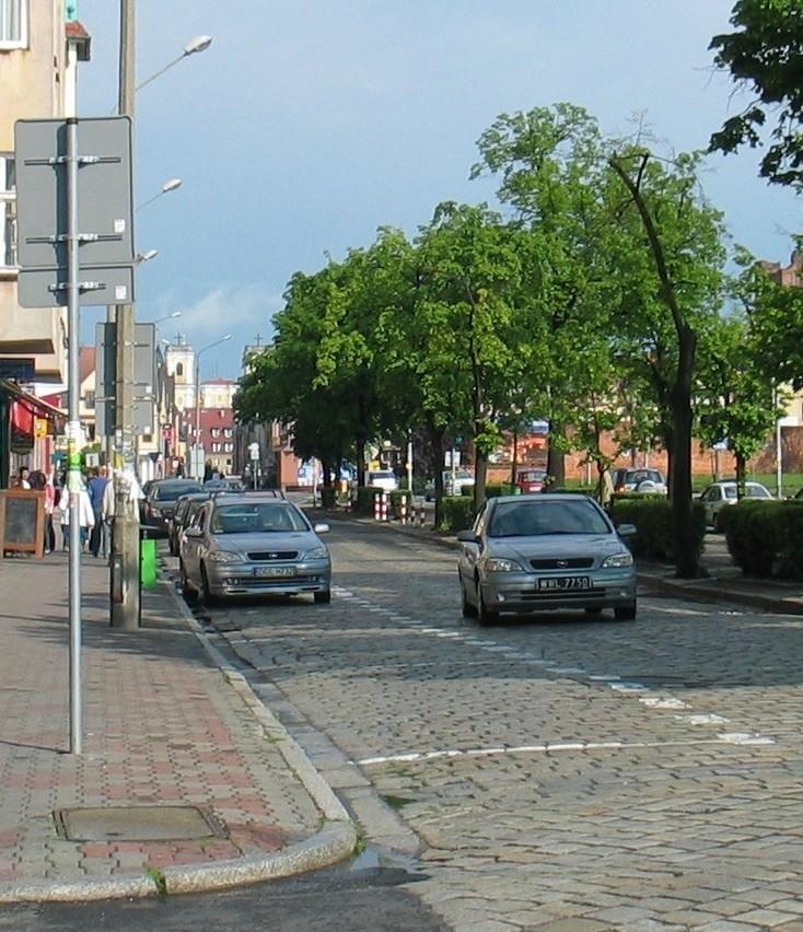 To aleja Wolności. Miejsca parkingowe zaznaczono tuż przy skrzyżowaniu. Takich miejsc w mieście jest więcej.