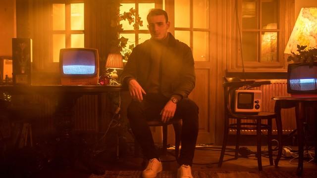 """Krystian Ochman z premierą angielskiej wersji hitu """"Światłociene"""" - """"Lights In The Dark"""". Tekst do songu napisał sam Krystian [WIDEO]"""