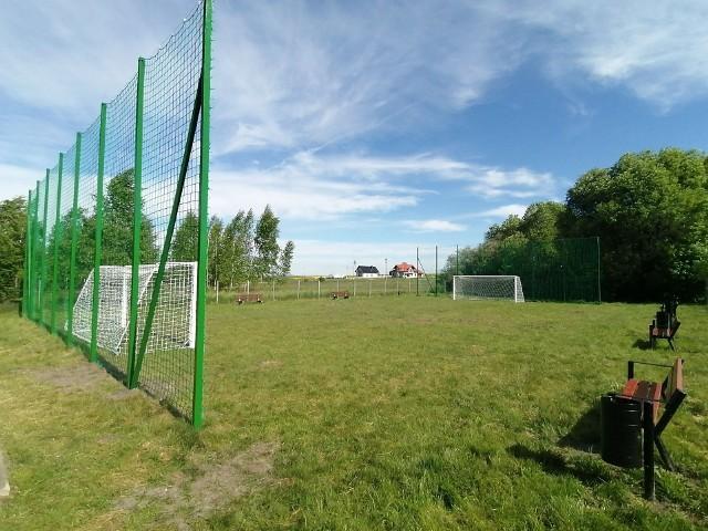 W Mzurowej w gminie Sobków powstało boisko do piłki nożnej. Miłośnicy tego sportu mogą ćwiczyć na nowym obiekcie.
