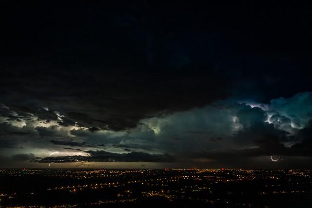 Poniedziałkowa burza jaka przeszła nad regionem świętokrzyskim była zjawiskiem niespotykanym.  Po pierwsze burze w październiku to rzadko spotykane zjawisko, po drugie potężny wiatr i ulewny deszcz, po trzecie niesamowite wprost błyskawice. To wszystko uchwycił na niesamowitych wprost zdjęciach znany specjalista od fotografowania i filmowania z drona - Sławek Rakowski.  Poniedziałkową burzę zatrzymał w kadrze wylatując w górę w okolicach Nowej Słupi. Zobaczcie na kolejnych slajdach niesamowite ujęcia poniedziałkowej burzy nad Świętokrzyskiem
