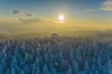 Beskid Sądecki. Niesamowite krajobrazy z wieży na Radziejowej, ośnieżone Tatry z Jaworzyny Krynickiej i zima w Wierchomli [ZDJĘCIA]