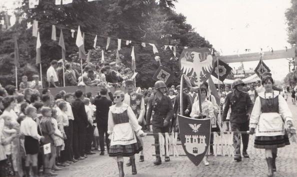 Pierwszomajowe pochody z Sieradza i Warty z lat 50 i 60