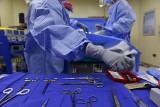 Tragiczna operacja na Borowskiej. W brzuchu pacjenta zostały chusty. Czyja to wina?