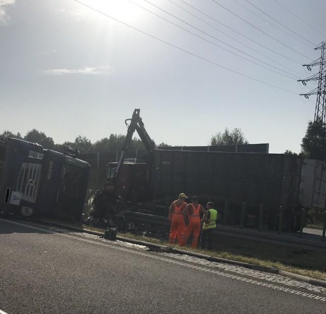 Ciężarówka ze złomem wywróciła się na autostradzie A1 w Mszanie