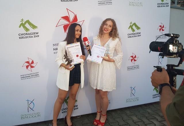 Barbara Leśniewska (z lewej) i Natalia Warzyńska podczas uroczystego koncertu galowego laureatów festiwalu harcerskiego na kieleckiej Kadzielni.