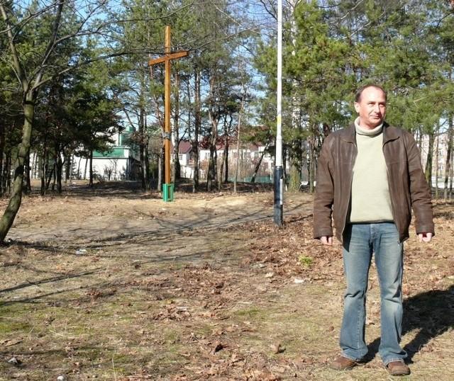 Marek Ryzio jest zaskoczony tym, że nagle stanął krzyż w miejscu, gdzie ma być budowany kościół, czego się nikt nie spodziewał.